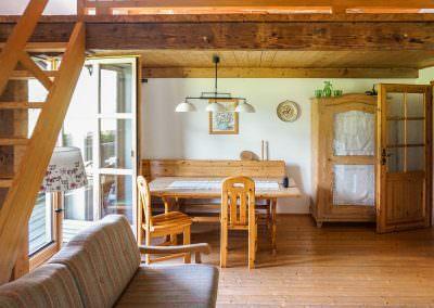 Wohnbereich mit Tür zum Balkon