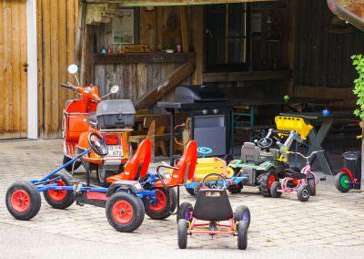 Kinderfahrzeuge auf dem Hof