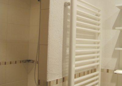 Begehbare Dusche im Badezimmer Hofwohnung